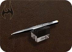 EXPOSITOR DE CANETA EM ACRÍLICO CRISTAL.  Pen exhibitor in crystal acrylic.