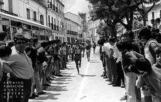 1972. Coín. Feria de Mayo             López Duerto - Andrés Moyano             Completo reportaje fotográfico de la Feria de Mayo de Coín que se celebró del 3 al 7 de mayo de 1972. En esta, pruebas provinciales de atletismo para infantiles y juveniles en las modalidades de: salto de altura; 100 metros lisos; relevo 4 x 200 y 1.000 m. en la Alameda, la mañana del sábado 6 de mayo.