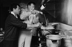 John Wayne et ses Amis - Dean Martin - Préparation de Spaghettis pendant le tournage des Quatre Fils de Katie Elder - 1965