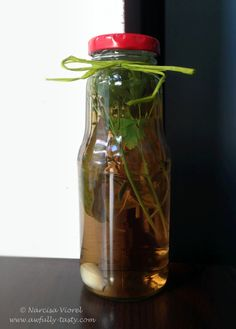 Homemade herbs vinegar. Oțet de vin cu ierburi aromate, foarte bun pentru dressing-uri, pentru salate. Are un miros și un gust fantastic! Ingrediente: oțet de vin alb de bună calitate minim 5% aciditate 1 cățel de usturoi... Vinegar, Water Bottle, Herbs, Homemade, Salads, Home Made, Water Bottles, Herb, Hand Made