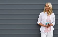 LINEA™ 180MM; Woman standing in front of wall