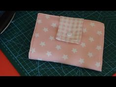 Bolsito para toallitas intimas - YouTube Continental Wallet, Pouch, Youtube, How To Make, Creativity, Scrappy Quilts, Make A Purse, How To Make Bags, Little Things