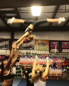 Cheerleading Team Gifts, Easy Cheer Stunts, Cheerleading Videos, Cheer Jumps, Cheer Tryouts, Cheerleading Quotes, Cheer Coaches, Cheer Mom, Football Cheer
