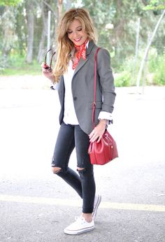Red bandana, grey blazer, rippedjeans, white converse and red michael kors casual chic Outfit Jeans, Blazer Outfits Casual, Blazer Outfits For Women, Layering Outfits, Business Casual Outfits, Fall Outfits, Cute Outfits, Fashion Outfits, Casual Chic