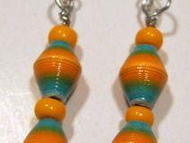 Ohrringe mit orange-grünen Papierperlen