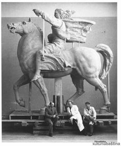 Ispred-glinenog-modela-Spomenika-Miru-za-UN-u-New-Yorku-slijeva-pomocnik-Basic-Antun-Augustincic-i-Velibor-Macukatin_imagelarge-kultura_BW_v...