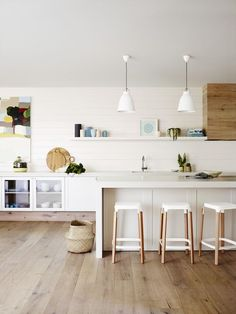 Dulux Natural White Kitchen - warmer tone with wood. Home Interior, Kitchen Interior, Interior Design, Modern Interior, Dulux Natural White, White Kitchen Decor, Kitchen Wood, Kitchen Shelves, Kitchen Ideas