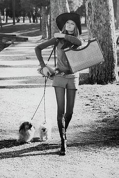 It's VERUSCHKA! Veruschka in Valentino boots walking her dogs in the Borghese Gardens Moda Fashion, 70s Fashion, Fashion History, Trendy Fashion, Beach Fashion, Modern 60s Fashion, Disco Fashion, Gucci Fashion, School Fashion