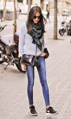Street Style: Sandra Buisan is wearing a blue and green oversized scarf with jeans and sweater outfit Fashion Mode, Look Fashion, Winter Fashion, Fashion Outfits, Womens Fashion, Korean Fashion, Fashion Trends, Net Fashion, Fashion Flats