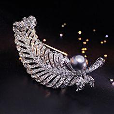 Luxusná brošňa s perlou a kryštálikmi v tvare pierka
