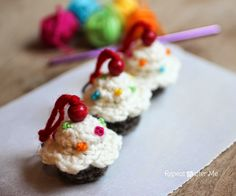 Repeat Crafter Me: Crochet Cupcake Keychain Pattern FREE
