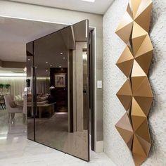 Aquela porta que você respeita {} Inspiração via @arquiteturadecoracao com toda a imponência da porta pivotante em espelho champanhe somadas à essa escultura incrível Entrada impactante { Projeto Flavio Moura }