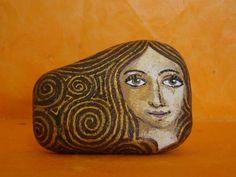 La Escuela de Arte: Piedra pintada a mano