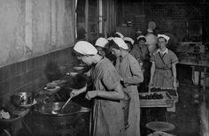 Verkade Paviljoen Oliebollen bakken, Suikerwerkfabriek, 1944 Suikerwerkfabriek, 1944.