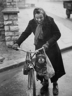 Vintage Wednesdays: Ladies about town | Cyclechic blog - love this photo!
