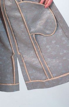 Interior of Vogue Patterns kimono as sewn by Meg Carter for the McCall Pattern Company. Sewing Lessons, Sewing Hacks, Sewing Tutorials, Vogue Sewing Patterns, Clothing Patterns, Sewing Pockets, Couture Sewing Techniques, Tailoring Techniques, Fabric Manipulation