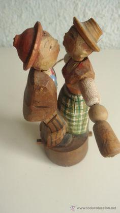 Pareja de novios que se besan -móvil- juguete- madera--figura ( vendido, sold)