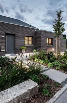 Bungalow Renovierung und Umbau extrem mit Vorher-Nachher-Bildern Our before-and-after comparison shows how a simple family home with an overgrown front garden becomes a modern house that convinces wit