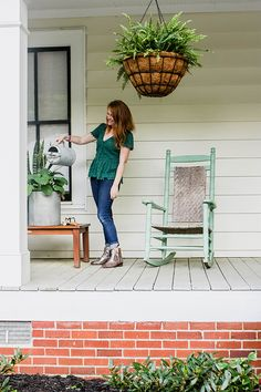 These are some of the best curb appeal and front porch decorating ideas you'll ever see. Lesley Graham shows how she's using plants to make her outdoor space look great. || @lesleywgraham