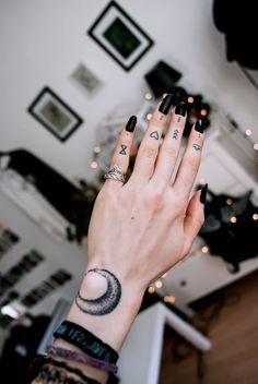 ▷ The latest Scream - Finger Tattoo: 65 tattoo motives to fall in love with! finger tattoo The latest Scream - Finger Tattoo: 65 tattoo motives to fall in love with! Hand Tattoos, 16 Tattoo, Tattoo Motive, New Tattoos, Body Art Tattoos, Tattoo Symbols, Tattoos On Fingers, Tattoo Moon, Temporary Tattoos
