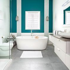 La salle de bain n'est pas une pièce à négliger côté déco. C'est souvent le lieu où l'on démarre la journée, et il est important de s'y sentir bien. Voici 35 décors 100 % inspirants! Bathroom Renos, Bathrooms, Corner Bathtub, Decoration, Sweet Home, Copyright, Architecture, Interior, Important
