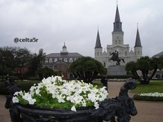 St. Louis Cathedral & Jackson square New Orleans. #picoftheday #neworleans #stlouiscathedral #lousiana #frenchquarter #jacsonsquare #catholicchurch #church #travel #stlouis #reinassencespanishcolonial #reinassence #colonial #catholic #jacsonsquare by celta5r