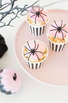 How Cheers Witches! How to host a Wine & Cheese Girls' Night In for Halloween - Pink cotton candy spiderweb popcorn cups. Halloween Party Snacks, Halloween Desserts, Halloween Cupcakes, Halloween Chic, Pink Halloween, Snacks Für Party, Halloween Birthday, Diy Halloween Decorations, Holidays Halloween
