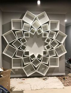 This beautiful bookshelf, whose design reminds a flower or a geometric mandala, was born from a DIY project imagined by the young coupleJessica andSinclair