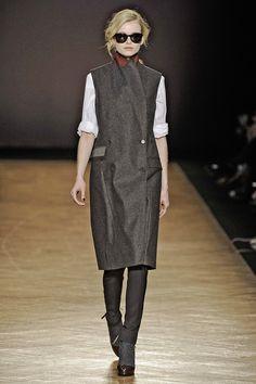 Love Paul Smith sleeveless trench www.fashflick.com #style #fashflick Office Fashion, Paul Smith, Trench, Attitude, Zara, Normcore, Fashion Design, Fashion Trends, Autumn