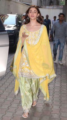New Wedding Indian Sari Pakistani Dresses 28 Ideas Punjabi Dress, Pakistani Dresses, Punjabi Suits, Salwar Suits, Indian Dresses, Indian Saris, Anarkali Dress, Indian Ethnic, Indian Wedding Outfits