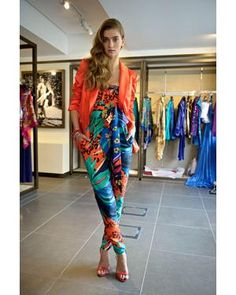 Blazer por cima de macacão estampado combina muito bem. http://vilamulher.terra.com.br/blazer-colorido-e-opcao-versatil-14-1-32-2055.html Foto: Fashion Mate