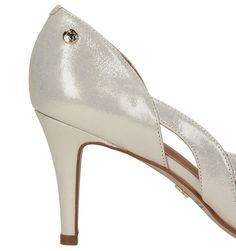 Złote czółenka peep toe  wykonane z wysokiej jakości  skóry licowej , zachwycające subtelnym designem.     Zmysłowy wygląd obuwia podkreśla miękka, błyszcząca skóra, która hipnotyzuje i przyciąga spojrzenia.   Kusząco wycięty zewnętrzny bok czółenek w kokieteryjny sposób odsłania stopę i sprawia, że buty pięknie prezentują się na nodze.   Średniej wysokości obcas gwarantuje wysoki komfort i wygodę użytkowania.