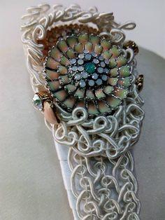 Detalle tocado de novia sobre diadema Cuff Bracelets, Jewelry, Fashion, Templates, Bridal Headpieces, Head Bands, Grooms, Moda, Jewels