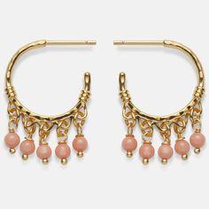 Inspireret af Indiens guldsmede håndværk med banket overflade og prydet med 5 små rosa coral vedhæng, tilføjer Ornate øreringene et feminint strejf og farve til dine smykker. Sterling sølv (925), belagt med 18 karat guld i blankpoleret finish. Varenummer: 9304 a.