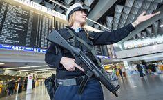 22 03 16   Policial faz segurança no aeroporto de Frankfurt, na Alemanha. Segurança foi elevada após atentados na Bélgica