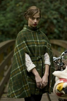 Some serious tartan wool -- Kinfolk Magazine Poncho Style, Idda Van Munster, Kinfolk Magazine, Capes & Ponchos, Modelista, Vestidos Vintage, Inspiration Mode, Look Vintage, Fashion Moda