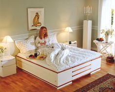 Man kan inte omedelbart se att sängen är späckad med praktiska förvaringsutrymmen. De halvrunda listerna är betsade furulister som strukits tre gånger med högglanslack. Formen på listerna gör att man inte slår sig om man stöter knäna mot sängkanten.