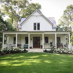 70 Rustic Farmhouse Exterior Design Ideas - The farmhouse exterior design totally reflects the entire style of the house and the family tradition as well. The modern farmhouse style is not only for interiors. It takes center stage on the exterior as well. Modern Farmhouse Exterior, Farmhouse Design, Rustic Farmhouse, Farmhouse Style, American Farmhouse, Farmhouse Ideas, Farmhouse Architecture, Farmhouse Landscaping, Farmhouse Front Porches