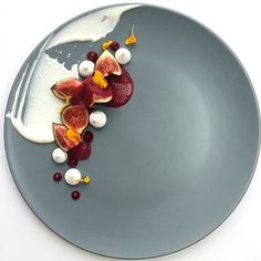 foodknockout Figs,creame fraiche, meringue, berry gel and berry foam. By @royalebrat