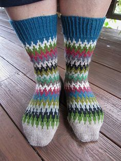 Free Knitting Pattern for Le Quebrada Socks - A simple stranded pattern for colorful striped socks. Perfect for stash or scrap yarn. Designed by Dela Hausmann. Available in German and English Crochet Socks, Knitting Socks, Free Knitting, Knit Crochet, Finger Knitting, Knit Socks, Knit Cowl, Crochet Granny, Hand Crochet