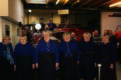 Bezoekers uit Staphorst. De dames in klederdracht.