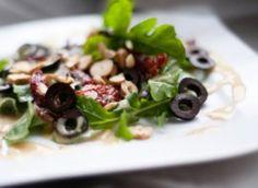 sałatka z rukoli i roszponki do obiadu: Przepisy, jak zrobić - Smaker.pl Kefir, Sprouts, Vegetables, Food, Essen, Vegetable Recipes, Meals, Yemek, Veggies