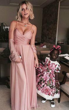 Os vestidos baphos do casamento de Marina Ruy Barbosa. Giovann Ewbank arrasou no minimalismo com um modelo de alcinha e decote drapeado. Já sua filha fofa, Titi, ficou uma graça com estampas de rosas.
