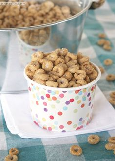Hot Buttered Cheerios Recipe: a fun and easy snack recipe for kids! Snack Mix Recipes, Cereal Recipes, Baking Recipes, Dessert Recipes, Snack Mixes, Kid Desserts, Easy Sweets, Easy Snacks, Kid Snacks