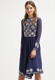 Lass dich von diesem Kleid verzaubern. Frock and Frill TAMIKA - Cocktailkleid / festliches Kleid - blue print für 159,95 € (17.11.15) versandkostenfrei bei Zalando bestellen.
