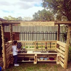 Mud Kitchen. .. out door kitchen made of pallets... awesome!