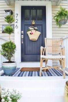 70 Beautiful Farmhouse Front Door Design Ideas And Decor 7 exterior Front Door Design, Front Door Colors, Front Doors, Natur Wallpaper, Front Porch Steps, Front Porches, Porch Roof, Veranda Design, Building A Porch