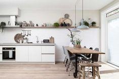 Tegels 'Mediterranea Calpe Nieve glans' by Douglas & Jones VTWonen. Kitchen Nook, Rustic Kitchen, Kitchen Dining, Kitchen Decor, Interior Design Advice, Home Interior, Kitchen Interior, Interior Ideas, Bedroom Vintage