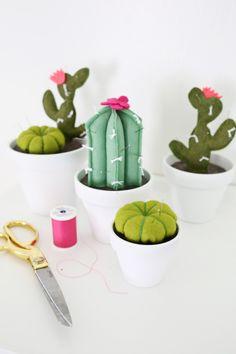 Adorable! cactus pincushion DIY (click through for tutorial) @ http://www.abeautifulmess.com/2015/07/cactus-pincushion-diy.html