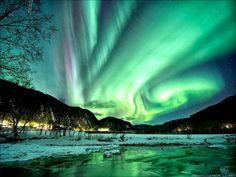 N. 9 Aurore - Questo fenomeno mozzafiato accade quando le particelle del vento prendono velocità viaggiando lungo i campi magnetici e si dirigono verso il cielo, nell'atmosfera, dove si scindono bruscamente in atomi di gas creando un orizzonte multicolore.